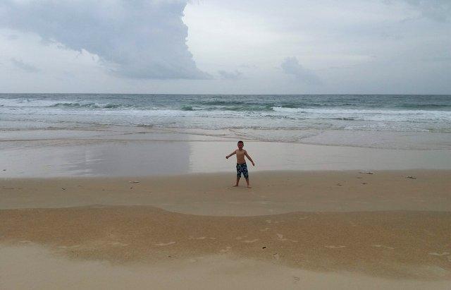 Tadeja in Anže na plaži Lazy Beach, Koh Rong Samloem, Kambodža
