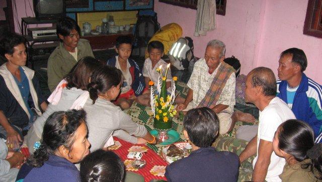 večerni obred pred nočitvijo pri družinah v Laosu