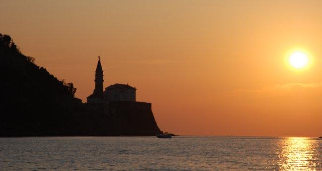 Piran-sončni-zahod-cerkev-Slovneija-morje-obala-izlet-travel-blog